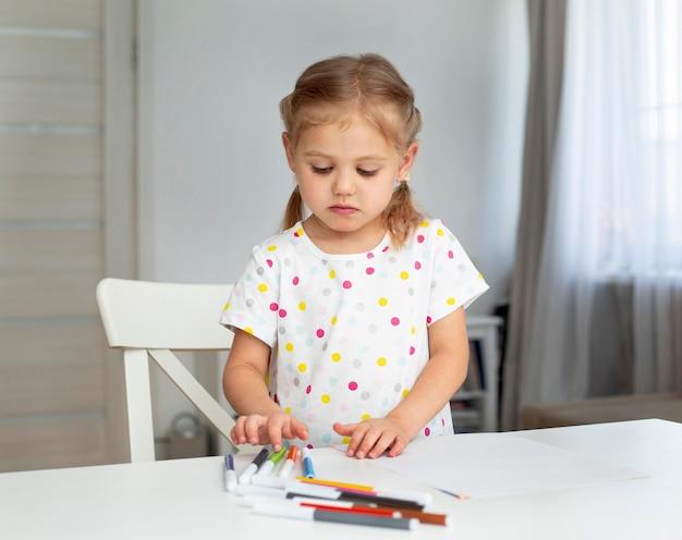 自宅での肖像画の女の子の描画