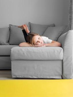 Портрет девушки у себя дома на диване Бесплатные Фотографии