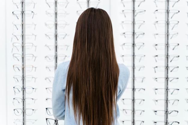 ペアを選ぶ眼鏡店の肖像画の女の子