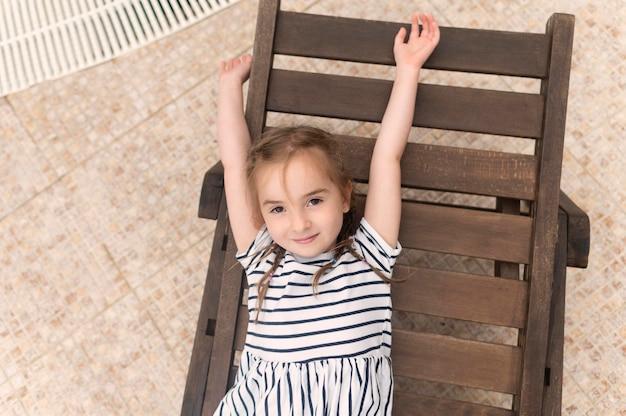 太陽のベッドの上の肖像画の女の子