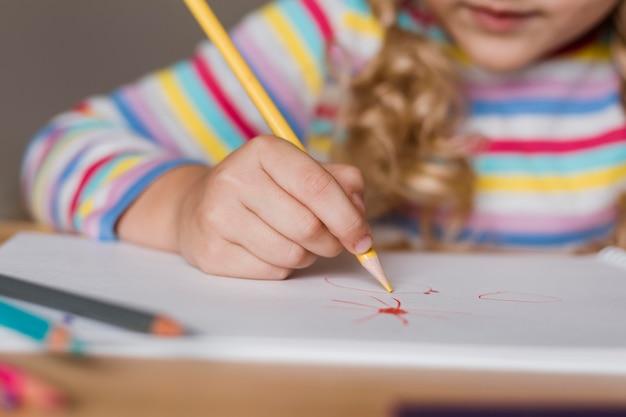 遊んでいる肖像画の女の子