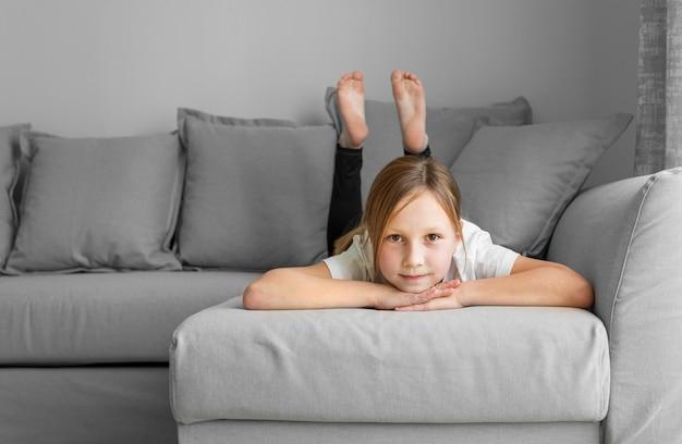 Портрет девушка сидит на диване