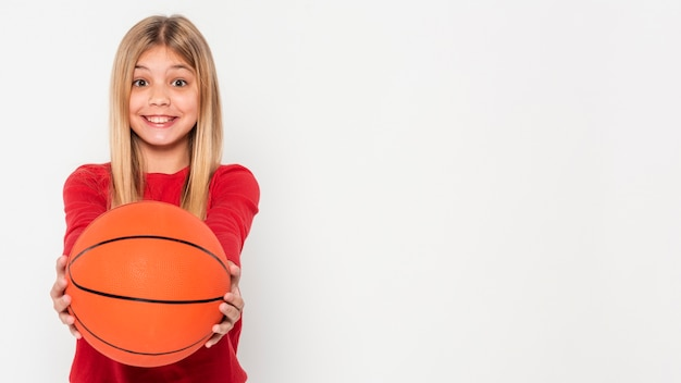 バスケットボールのボールを持つ少女の肖像画