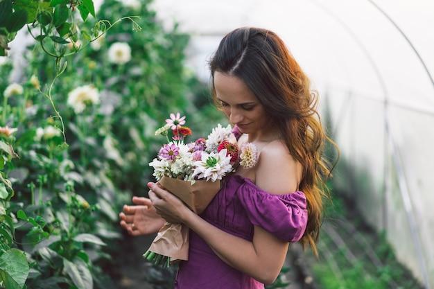 Портрет девушки с длинными волосами в оранжерее. прогулка по цветнику. девушка и цветы. флористика.