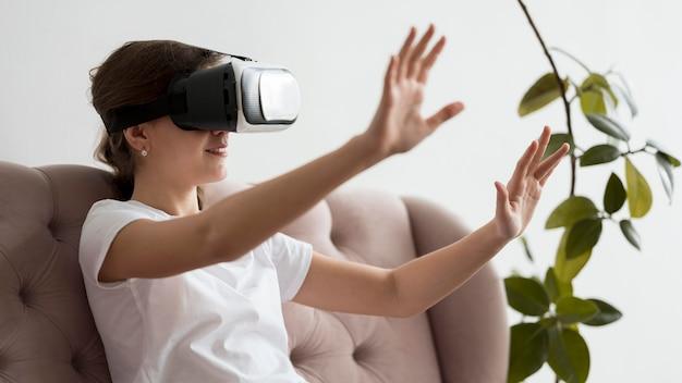 仮想現実のヘッドセットを持つ少女の肖像画