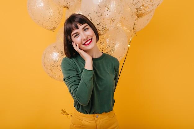 Ritratto di bella ragazza sorridente. donna caucasica alla moda in posa prima della festa di compleanno.