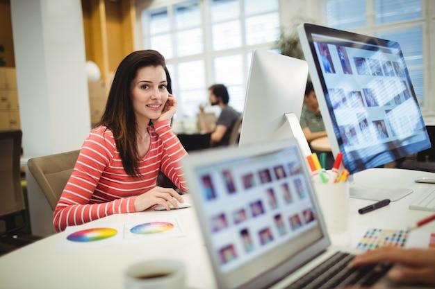 Ritratto di graphic designer lavora alla sua scrivania