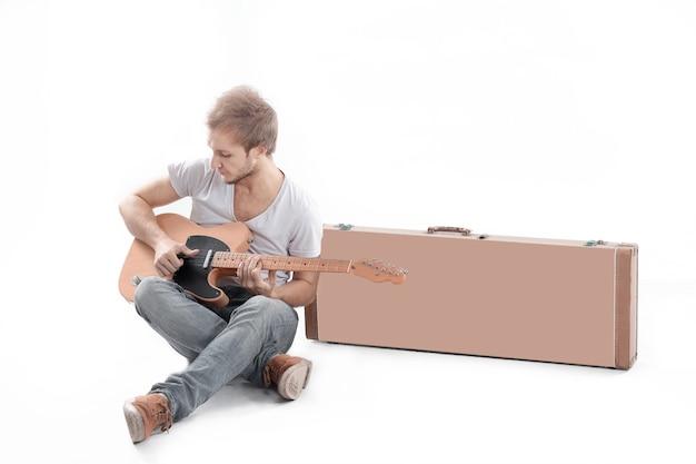 초상화. 흰색에 어쿠스틱 기타를 가진 남자.