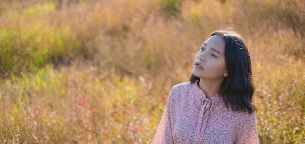 肖像画の半身の若い女の子は茶色の野草でドレスを着ています。
