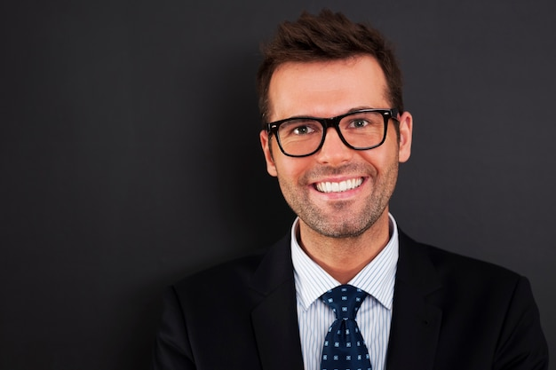 Ritratto di uomo d'affari bello con gli occhiali