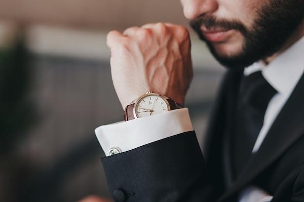 古典的な時計と肖像画のハンサムなビジネスマン