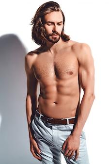 Ritratto di uomo bello modello elegante hipster moda con petto nudo su bianco