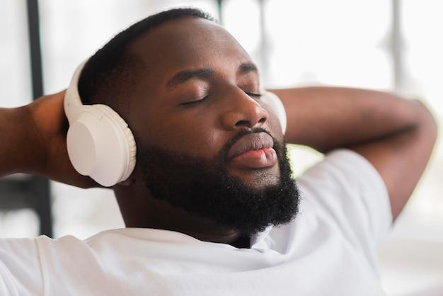 Ritratto di uomo bello che ascolta la musica