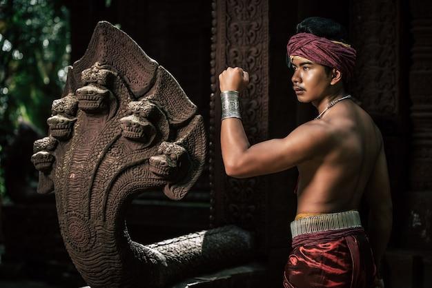 Ritratto bell'uomo a torso nudo in turbante sulla testa e bellissimo ornamento d'argento
