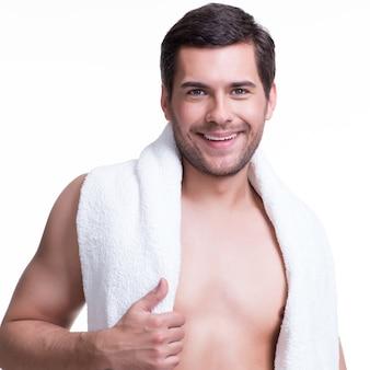 Ritratto di bel giovane sorridente con un asciugamano - isolato su bianco.
