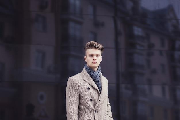 エレガントなコートの肖像画ハンサムなスタイリッシュな男