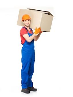 Ritratto di bel giovane uomo di consegna con scatole di carta isolato su bianco