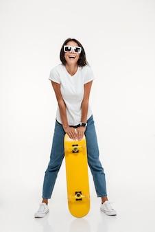 Ritratto di una donna allegra felice in occhiali da sole