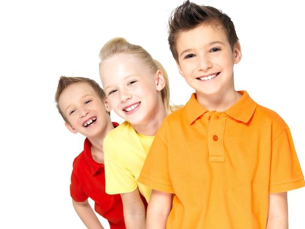 Ritratto dei bambini felici isolati su bianco