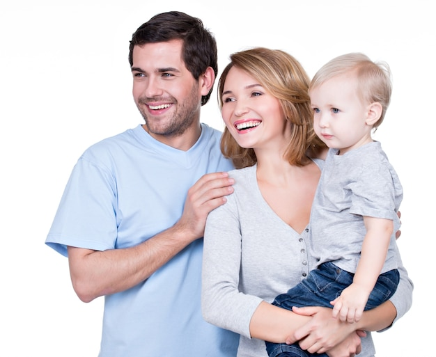 Ritratto della famiglia felice con il bambino piccolo che osserva obliquamente - isolato