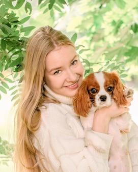 かわいい子犬スパニエルと肖像画の幸せな女の子。