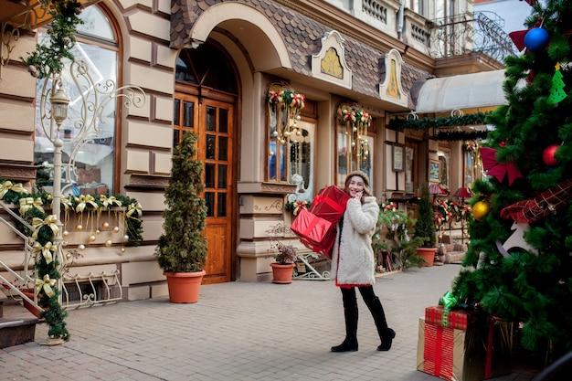 초상화 행복 한 잘 생긴 여자는 그녀의 손에 선물 상자를 들고