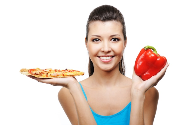 Ritratto di felice giovane donna che ride con il cibo