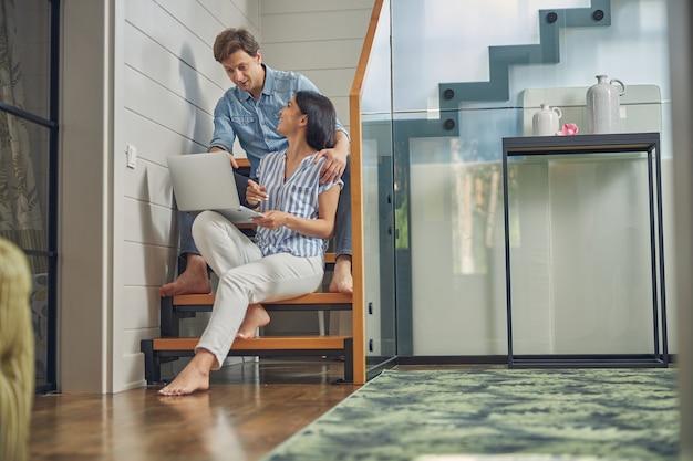 서로를 찾고있는 동안 거실에서 시간을 보내는 동안 남자와 여자의 행복 초상화