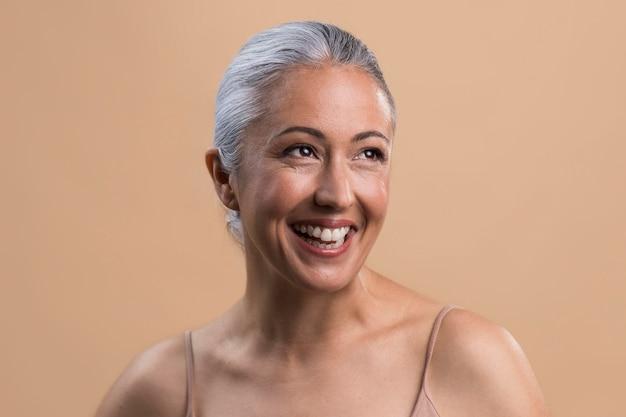 Ritratto di donna anziana sorridente felice