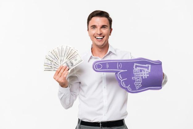 Ritratto di un uomo sorridente felice in una camicia bianca