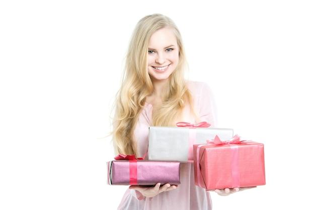肖像画幸せな笑顔の女性はギフトボックスを保持します。分離されました。