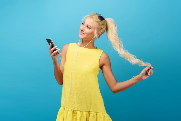 サングラス、長いかかとの陽気な若い女性の肖像画幸せな夏の気分