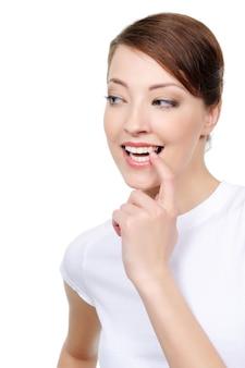 Ritratto di donna felice guardando lato con interesse