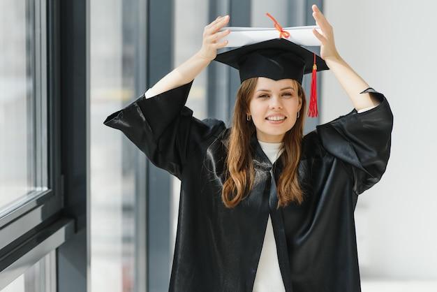 Женщина портрета счастливая на ее день окончания университета. образование и люди.