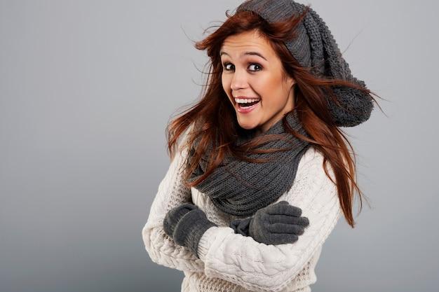 Ritratto di donna felice che indossa abiti invernali di moda