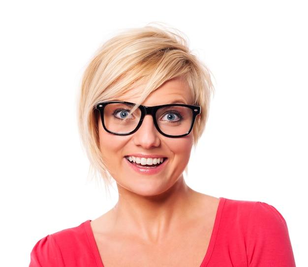 Ritratto di donna felice con i capelli biondi corti