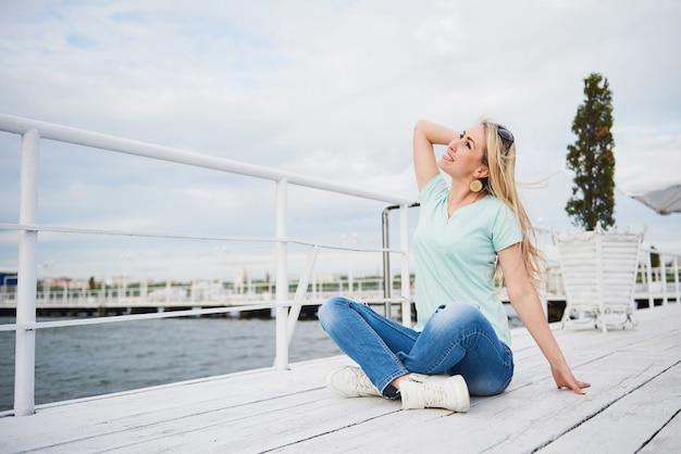 Il ritratto di una giovane ragazza felice rilassa l'acqua.
