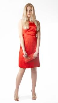 Ritratto di giovane donna felice che tiene il cartellino rosso