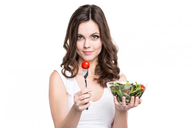 고립 된 신선한 샐러드를 먹는 초상화 건강 한 여자.