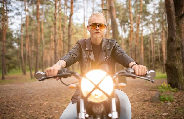 수염과 콧수염과 선글라스, 거리 캐주얼 오토바이와 세로 힙 스터 젊은 남자