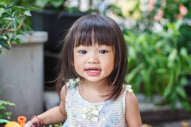 2〜3歳の赤ちゃんのポートレート画像。笑って幸せなアジアの子供の女の子の顔。