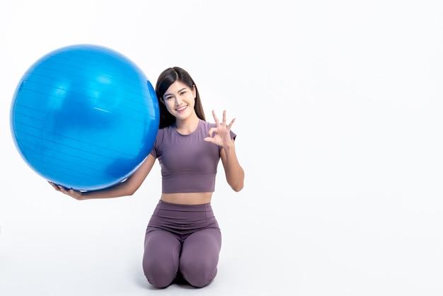 아시아 매력적인 여자 미소의 초상화 이미지와 체육관 옷을 입고