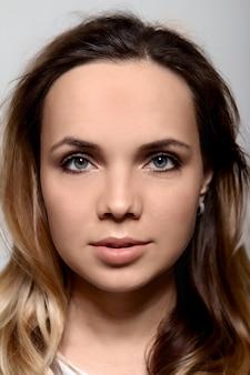 美しい若い女の子の前に黒い髪の白い肖像画