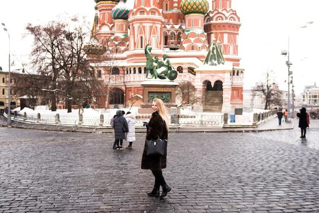 전체 성장의 초상화, 크리스마스 시간에 모스크바의 붉은 광장에 밍크 코트에서 러시아 아름다운 여자