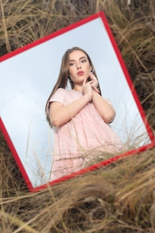 空を背景に美しい女性の鏡の肖像画