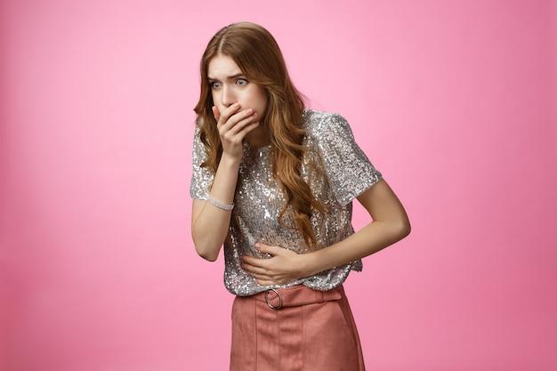 パーティーアルコール中毒が胃カバーの口に触れた後、肖像画の激しい女の子は気分が悪くなります...
