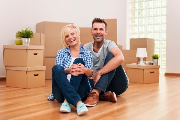 Ritratto di ridere coppia nella nuova casa