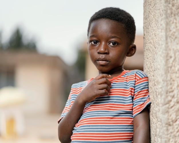 屋外の肖像画の小さな男の子