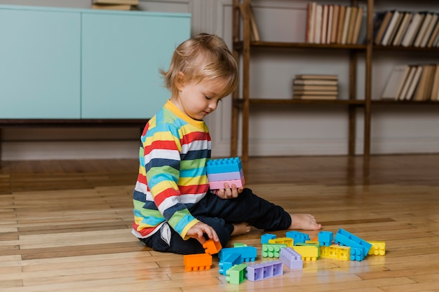 Портрет маленького мальчика, играющего с игрушками
