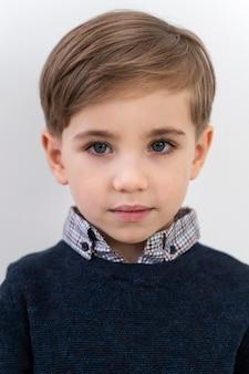 Портрет маленького мальчика в объективе